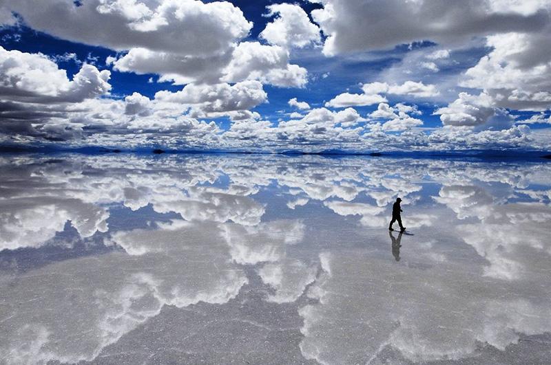 Во время сезона дождей прогуляться в окрестностях солончака Уюни в Боливии. За счет тонкого слоя воды в этот период он превращается в самую большую в мире зеркальную поверхность.