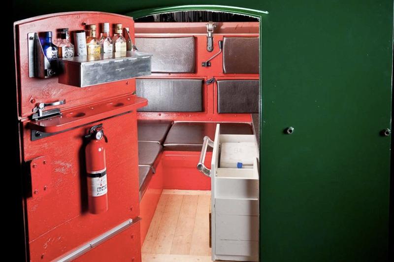 Мусорный бак Калифорнийский дизайнер Григорий Клоен превратил в жилое пространство мусорный бак. Внутри он оборудовал спальное место, кухню, биотуалет, а на крыше установил емкость с водой на шесть галлонов. Сооружение было сделано для архитектурной выставки.