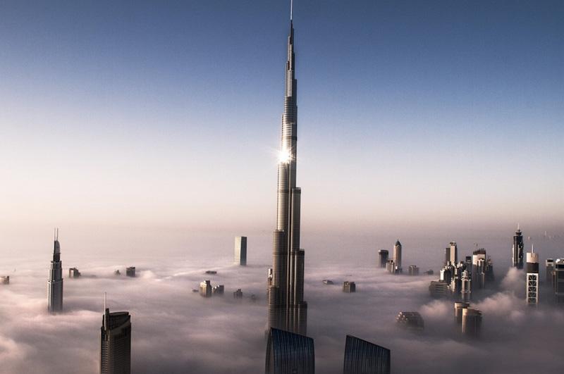 Подняться на самое высокое в мире здание Бурдж-Халифа в Дубае, высота которого составляет 828 метров.