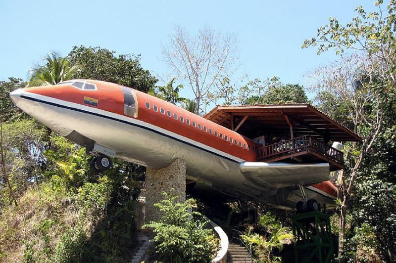 Самолет Списанный самолет со свалки аэропорта в Сан-Хосе дизайнеры перевезли в джунгли Коста-Рики и сделали из него мини-отель. Боинг 1965 года выпуска подняли на специально сконструированную платформу, расположенную в 50 метрах от земли. На борту самолета разместилось две спальни, две ванные комнаты, столовая зона и просторная терраса, оборудованная на крыле.