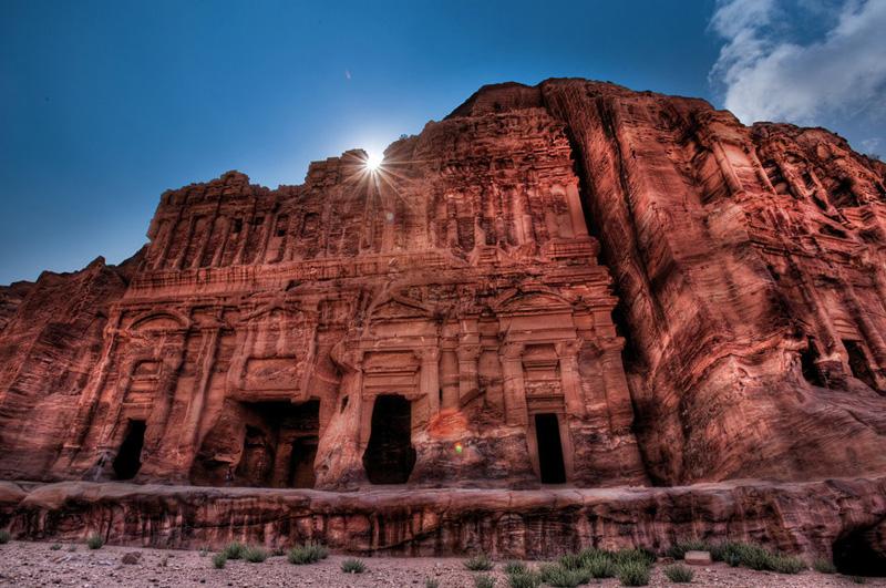 Исследовать древний город Петра, расположенный на территории современной Иордании, на высоте 660 метров над окружающей местностью.