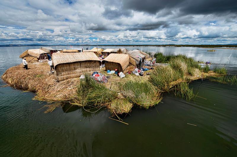 Ступить на землю одного из плавающих островов на озере Титикака, которые до сих пор населяет племя Урос.