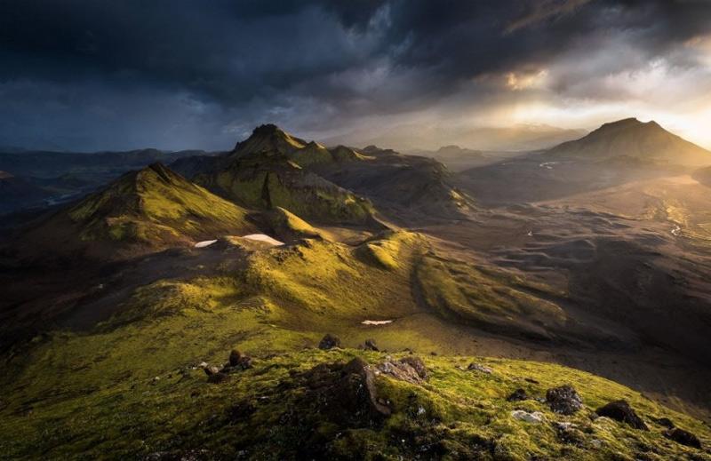 Победителем конкурса Outdoor Photographer of the Year 2014 стал Грег Уиттон, запечатлевший горные вершины Исландии. Номинация «Свет на Земле».