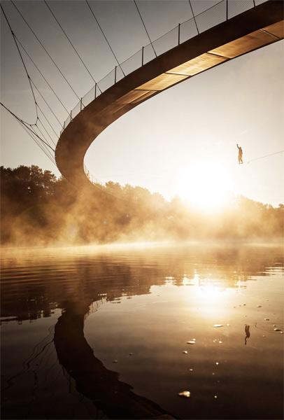 Ян Фассбендер. Вторая премия номинации «Жить приключением». Пешеходный мост в Гильзенкирхене и слэклайнер Басти Альдехофф.