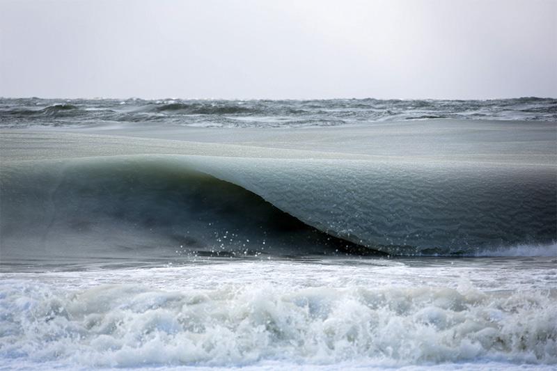 Морская вода не имеет определенной точки замерзания. Температура, при которой начинают образовываться кристаллы льда, зависит от солености. При средней для океана солености 35% температура замерзания равна - 1,9° С.