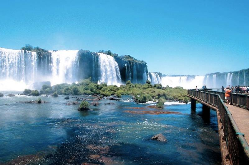 Намокнуть в потоках брызг и мороси бушующих вод Игуасу — комплекса из 275 водопадов, расположенных на границе Бразилии и Аргентины.