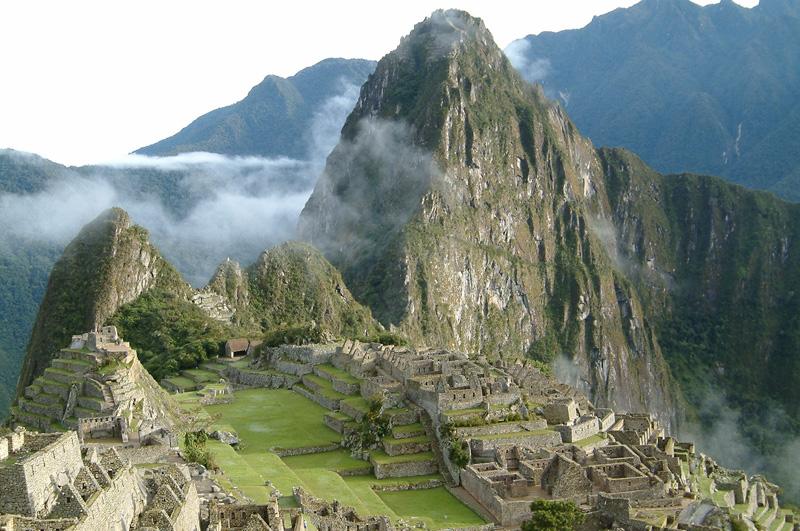 Взобраться на горный хребет Уайна-Пикчу в Перу.