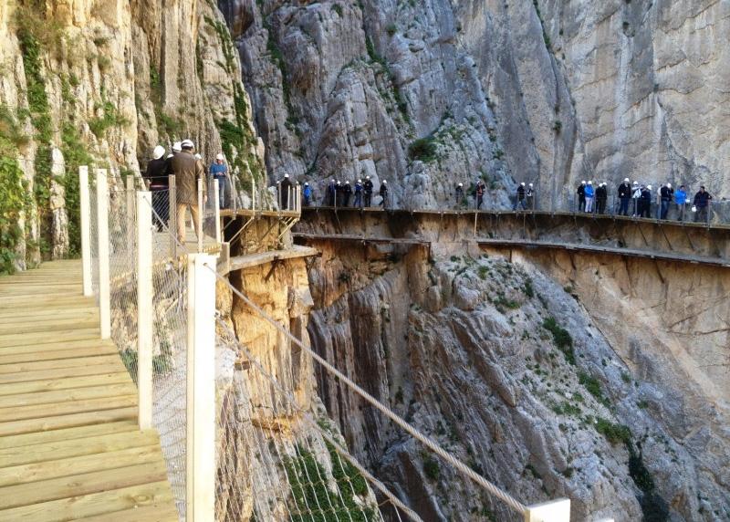 Эль Каминито дель Рей, Испания Строго говоря, это даже не мост, а 3-х километровая тропа, сделанная из вбитых в ущелье костылей и железнодорожных рельсов. Тропинка была построена в 1905 году для рабочих, занятых на строительстве плотины Конде дель Гвадалорсе. Из-за аварийного состояния долгие годы место было закрыто для посещений туристов, но уже 26 марта, после длительной реконструкции, власти Испании вновь откроют Королевскую тропу для любителей адреналина.