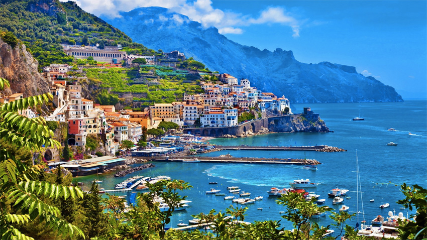 Побережье Амальфи, Италия С одной стороны побережья находится Средиземное море, с другой — скалы со старинными церквями, палаццо и домами на склонах. В весенне-летний период побережье переливается сочной палитрой красок, а виды из окна фактически превращаются в живую картину художника. Лучшим местом для наблюдения за панорамами является петляющая дорога, повторяющая изгибы скалистого побережья.
