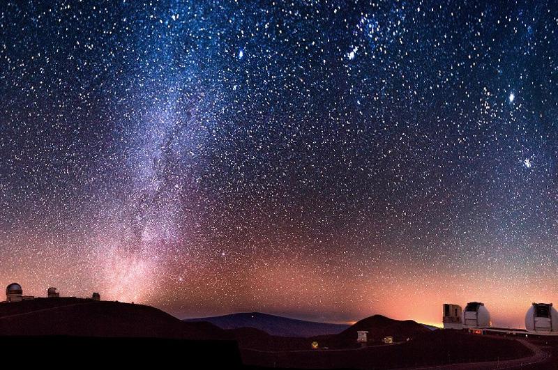 Подняться вечером на самую высокую точку в штате Гавайи, а заодно и одно из самых лучших мест в мире для астрономических наблюдений — вулкан Мауна-Кеа, и посмотреть на звездное небо.