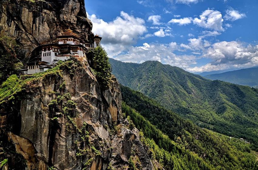 Такцанг-лакханг, Бутан Монастырь расположен на скале высотой 3120 м, на высоте 700 метрах над уровнем долины Паро. Сооружение было построено в 1692 году при правителе Гьялце Тензин Рабджи. Монастырь возвели вокруг пещеры Такцанг Сенге Самдуп, в которой медитировали еще с 6-7 века. Строения комплекса включают четыре главных храма и жилые здания. Все они соединены лестницами, вырубленными в скале. В 1998 году в монастыре был крупный пожар. К 2005 году храм полностью был восстановлен.