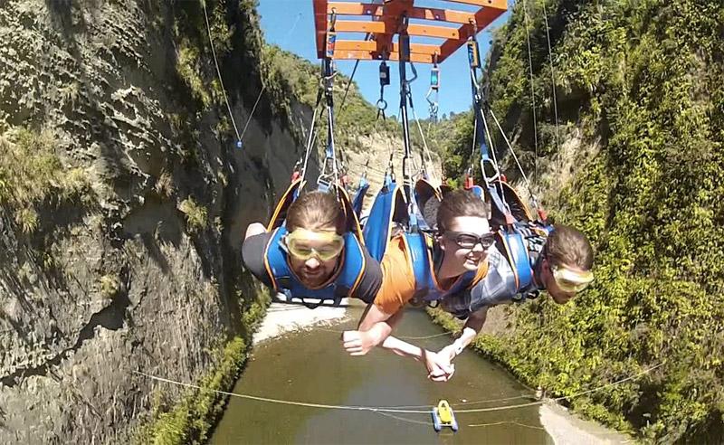 Каньон Мокаи, Новая Зеландия В рае для любителей экстрима можно повысить уровень адреналина, совершив прыжок банджи или прокатившись на зиплайне. Над окружающей местностью пролетают со скоростью до 160 км/час. Длина трассы составляет 1000 метров.