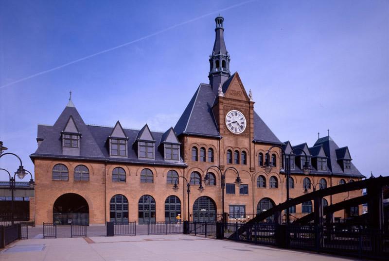 Вокзал Центральной железной дороги Нью-Джерси, Джерси-Сити С 1889 по 1967 год место было крупным транспортным узлом. Именно с него начинался путь иммигрантов, прибывающих в Америку. Потом схему движения изменили, и вокзал оказался заброшен. Из-за наводнения, вызванного ураганом Сэнди, сильно пострадали интерьеры здания, поэтому снимать его получится только снаружи.