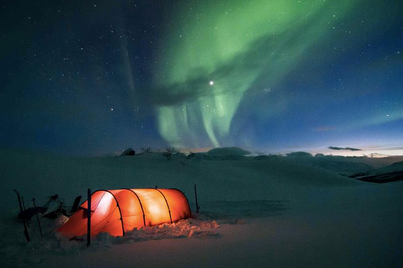 Посмотреть, как в небе финской Лапландии зажигается северное сияние.