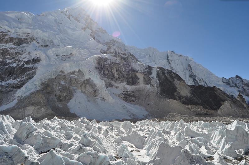 Насладиться свежим воздухом и пейзажами Эвереста в Гималаях.