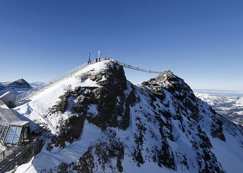 Peak Walk, Швейцария Мост соединяет вершины двух трехтысячников – пика Scex Rouge и ледника Glacier 3000. Длина моста составляет 107 метров, а ширина — всего 80 см. Мост ведет на смотровую площадку, откуда можно наслаждаться видами вершин Маттерхорн, Юнгфрау, Эйгер и Менх.
