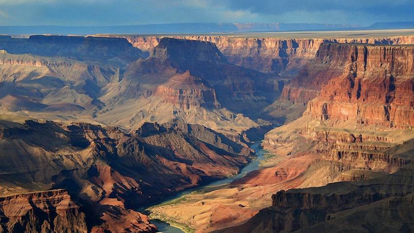 Большой каньон, Аризона, США В одном из глубочайших каньонов в мире можно обнаружить следы четырех геологических эр Земли и невероятные природные сооружения, поэтому практически в любом месте национального парка есть на что посмотреть. Парк разделен на две области: Норт-Рим и Саут-Рим — наиболее посещаемая и обустроенная часть. Вдоль ее главных дорог, Hermits Rest Road и Desert View Drive, расположено множество обзорных пунктов. Какой бы из них вы ни выбрали, вы гарантированно увидите самые невероятные панорамы ущелья.