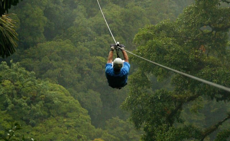 Национальный парк Вулкан Ареналь, Коста-Рика Зиплайн проходит над непроходимыми джунглями и искусственным озером Ареналь, всего в нескольких метрах от действующего вулкана. В месте старта расстояние от кабеля до земли составляет 41 метр. Протяженность маршрута —760 метров.