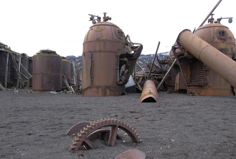 Остров Десепшен, Антарктида В начале 20 века на острове располагались многочисленные научно-исследовательской станции и китобойни. Но из-за частых вулканически извержений и землетрясений их оставили. Проплывая мимо, участники антарктических круизов непременно делают здесь остановку, чтобы запечатлеть заброшенные руины.