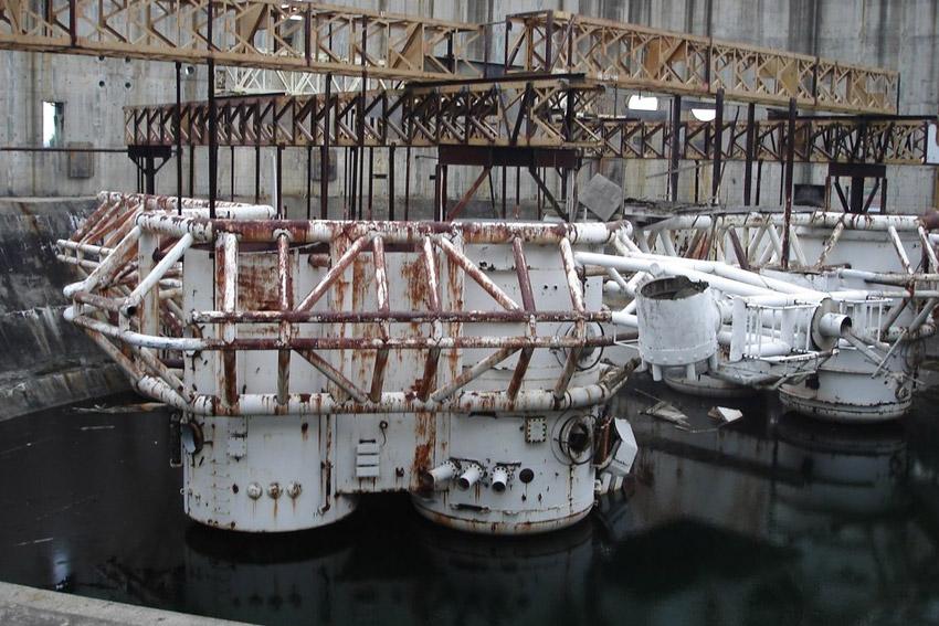 Бездна Для съемок картины «Безда» Джеймсу Кэмерону даже не пришлось создавать все декорации с нуля. Под одну из них он модернизировал недостроенную атомную электростанцию Чероки, возле городка Гэффни в Южной Каролине. Именно в ней проводились все подводные съемки картины.