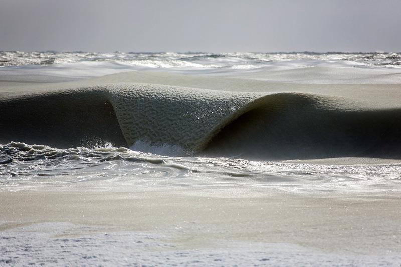 «Я заметил действительно странный горизонт, —говорит фотограф, —я видел эти невероятные волны, которые наполовину были замерзшими. Обычно на пляже слышен шум разбивающихся волн, однако вокруг было тихо, настолько тихо, как будто мои уши были заткнуты берушами».