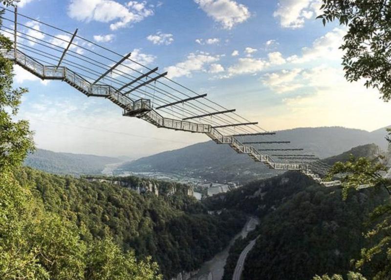 СкайБридж, Россия Самый длинный в мире подвесной пешеходный мост раскинулся в живописном месте Ахштырского ущелья над рекой Мзымта в Сочи. Конструкция имеет две смотровые площадки и располагается на высоте 207 метров над землей. Протяженность моста составляет 439 метров.
