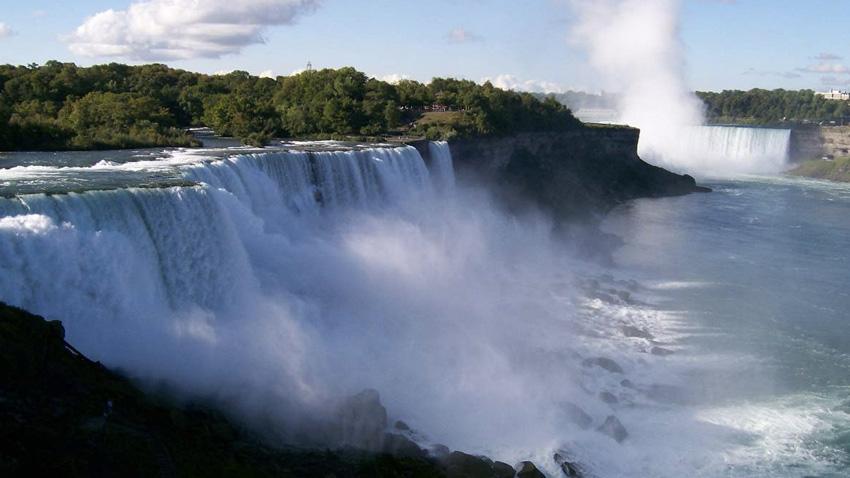 Ниагарский водопад, США, Канада Комплекс водопадов на реке Ниагара расположен между американским штатом Нью-Йорк и канадской провинцией Онтарио. Состоит он из трех водопадов: Подкова, Американский и Фата. Наблюдать за тем, как с высоты 54 метров низвергается огромная масса, лучше всего с канадского берега.