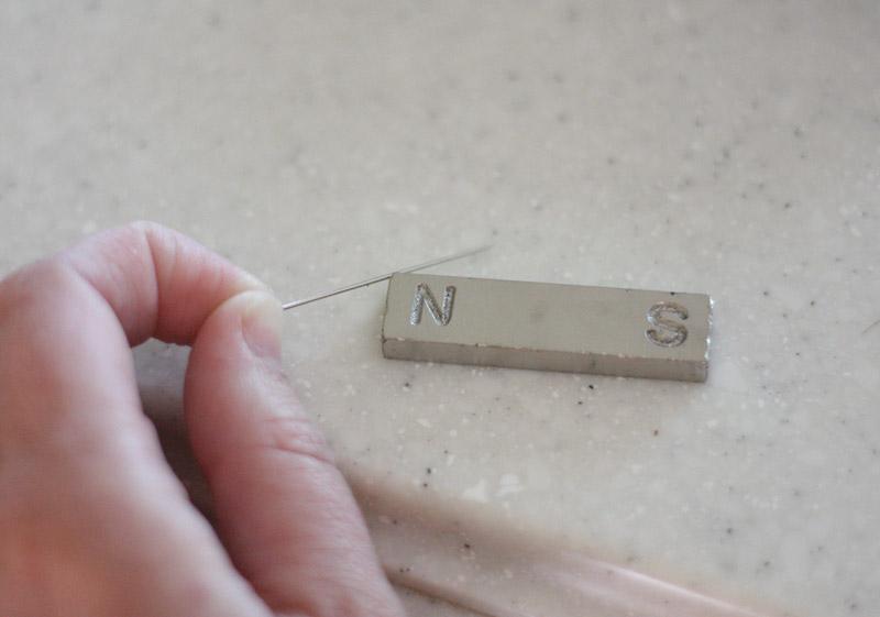 Намагничивание Чтобы кусок металла начал выполнять функции указателя сторон света, его необходимо намагнитить. Лучше всего для этого подходит магнит. Если же его не оказалось под рукой, магнит можно заменить тканью, мехом, железом. В крайнем случае для намагничивания можно воспользоваться собственными волосами. Кусок металла необходимо приложить к выбранному предмету и интенсивно тереть в одном направлении.