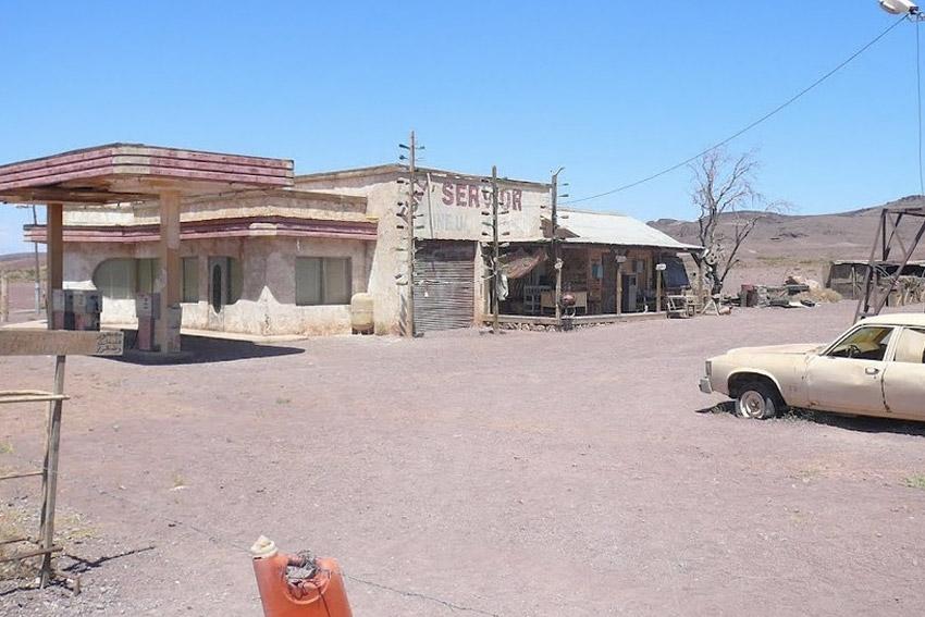 У холмов есть глаза Почувствовать себя героем фильма «У холмов есть глаза» можно в Марокко. Здесь в местечке Сус-Масса-Драа и была построена заправочная станция из киноленты.