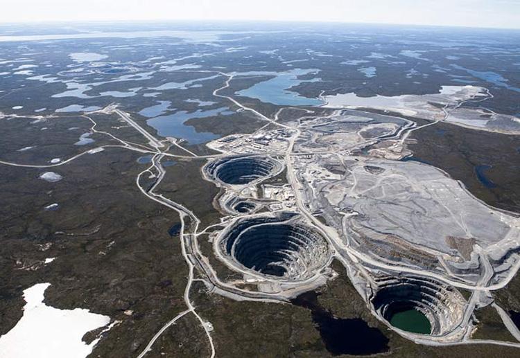 Экати, Канада Разработка карьера началась в 1998 году. В период между 1998 и 2009 годами из карьеров рудника было добыто 40 миллионов каратов алмазов. В настоящий момент разработка рудника ведется под землей. Точная глубина карьера неизвестна.