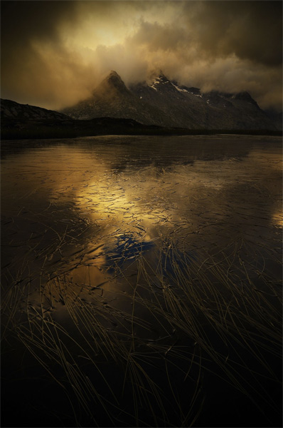 Марко Бароне. Вторая премия номинации «Свет на Земле». Озеро в Савойе.