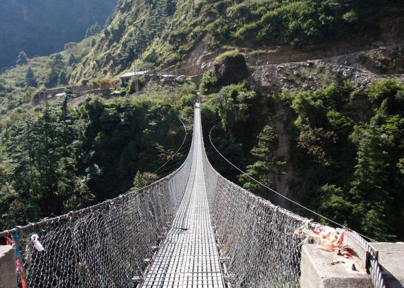 Гхаса, Непал Мост был построен для сокращения числа «пробок», которые образуют стада животных, постоянно перемещающиеся вверх и вниз по узким горным дорогам. Мост регулярно используется местными жителями для перегона животных, а также туристами, желающими получить свою порцию адреналина и несколько фото в придачу.