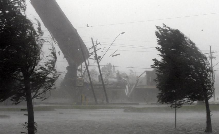 Ураган Скорость ветра: более 117 км/ч12 баллов Ураган сносит буквально все, что оказывается на его пути. Порывы ветра могут достигать 50—60 м/сек. Ветер может запросто поднимать в воздух тяжелые предметы и переносить их на значительные расстояния, топить корабли и разрушать монументальные строения.