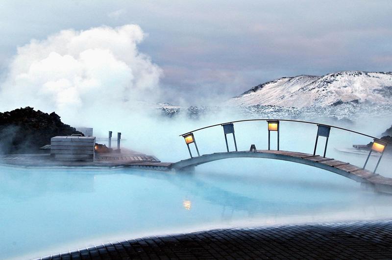 Расслабиться в уникальном геотермальном бассейне Голубая лагуна, который находится в 40 минутах езды от центра Рейкьявика.