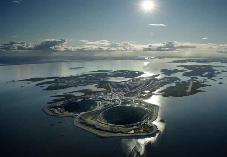 Дьявик, Канада Карьер был открыт в 2003 году. Здесь добывается около 1500 кг. алмазов в год. С 2010 года рудник перешел на подземный способ добычи. Точная глубина карьера неизвестна.