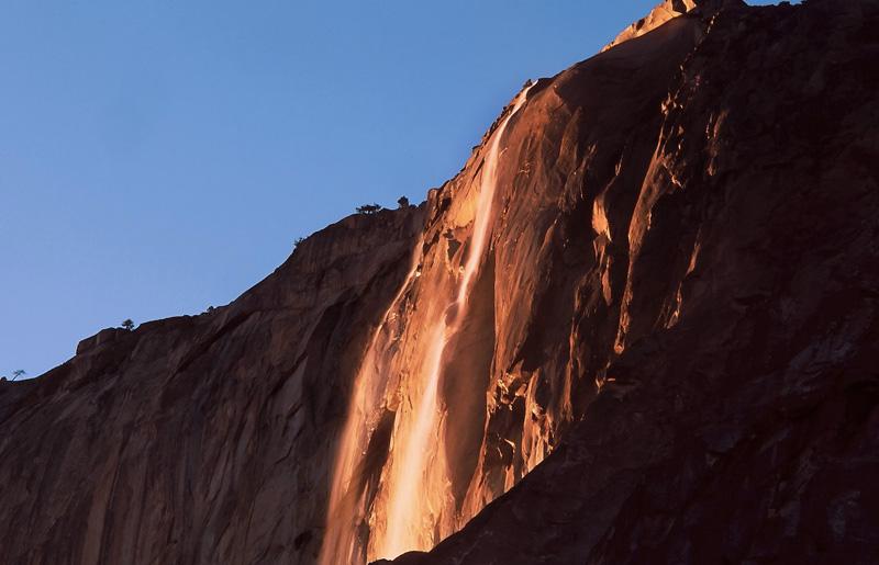 Водопад Хорстейл,Йосемити, США С середины по конец февраля на несколько минут во время захода солнца водопад Хорстейл окрашивается в оранжево-красные цвета, становясь похожим на огненный поток. Феномен связан с преломлением света: он образуется за счет того, что в определенный период потоки воды отражают солнечные лучи таким образом, что водопад напоминает скорее раскаленную лаву.