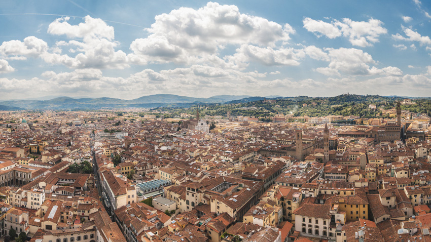 Флоренция, Италия Один из красивейших городов Италии, расположенный на реке Арно, входит в список обязательных для посещения мест в Италии. Рассматривать панорамы города-музея, пропитанного духом эпохи Возрождения, лучшего всего с площади Микеланджело или с площадки на куполе Дуомо.