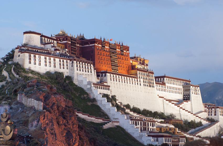 Потала, Тибет Царский дворец и буддийский храмовый комплекс расположены на высоте 3700 метров на Красном холме в Лхасе. Общая площадь дворцового комплекса — 360 тыс. м². Первое здание было построено в 637 году царем Тибета Сонгцен Гампо. Изначально дворец был сделан из дерева, но в 8 веке в здание попала молния, оно частично сгорело, а позднее было разрушено в междоусобных войнах. От него сохранилась лишь пещера Фа-Вана и зал Пабалакан. Современный облик комплекс начал приобретать в 1645 году, когда за его строительство взялся Далай-лама. Основным местом молитв и религиозных ритуалов служил Красный дворец, называемый также храм Потала.