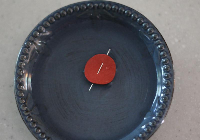 Тестирование Поместите самодельный компас в воду. Правильно сделанный компас должен какое-то время двигаться. Если он неподвижно стоит, кусочек металла необходимо намагнитить еще раз.