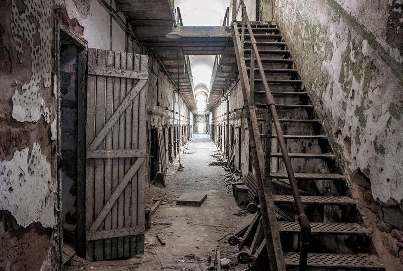 Восточная государственная тюрьма, Филадельфия Место известно не только своей архитектурой, но и бывшими «постояльцами». Сюда сажали самых отъявленных преступников вроде Вилли Саттона и Аль Капоне. В 1971 тюрьма была закрыта, а позже — переделана, без малейшего вмешательства в архитектуру, в музей.