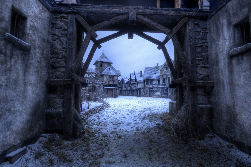 Охотники на ведьм Вымышленный городок Аугсбург из знаменитой сказки пришлось строить в настоящем лесу. Декорации города были возведены в лесном массиве, в нескольких километрах от Берлина.