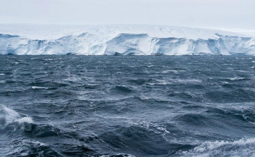 Рекорды Самый сильный порыв ветра за всю историю был зарегистрирован в 1934 году на горе Вашингтон в штате Нью-Хэмпшир, США. В течение нескольких минут ветер дул со скоростью 123 м/с. Самым ветреным местом на планете считается бухта Commonwealth в Антарктике. Там ветер дует постоянно, а скорость его достигает 240 км/ч.
