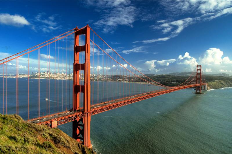 Пересечь символ Сан-Франциско, мост Золотые ворота, на велосипеде.