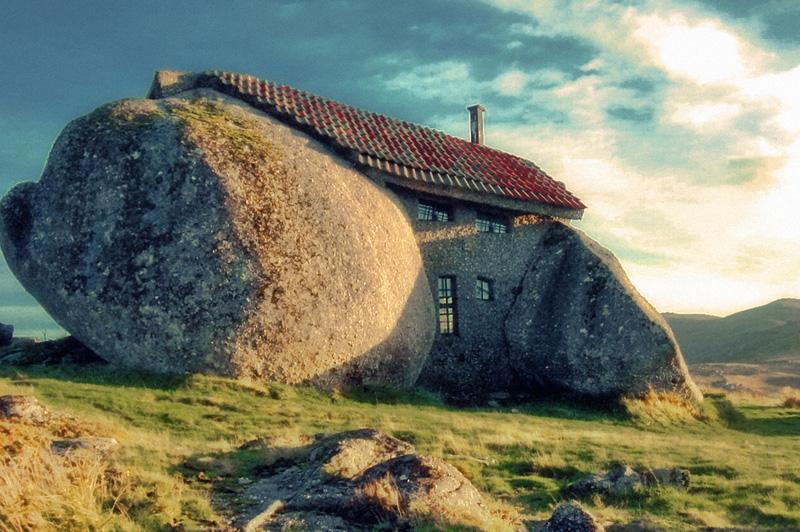 Валуны На севере Португалии неподалеку от города Фафе располагается дом, напоминающий скорее жилище каких-нибудь гномов из сказки. Строение представляет собой три огромных валуна, объединенных каменными стенами и покрытых черепичной крышей. Уникальное сооружение было возведено в 1973 году. Из-за того что вокруг постройки постоянно толпится множество туристов, в настоящее время в доме никто не живет.