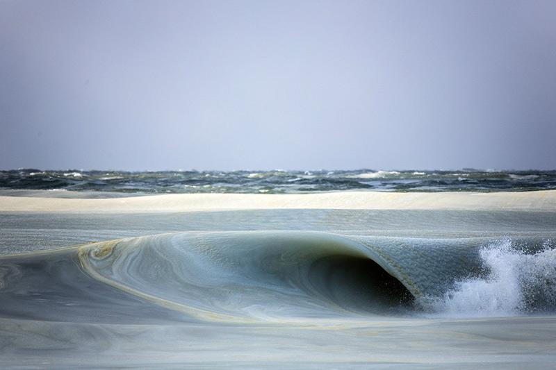 На другой день погода была еще холоднее. Джонатан снова отправился на пляж, но вопреки ожиданиям никаких полузамерзших волн он там не обнаружил. В прибрежной зоне океан представлял собой сплошной ледяной покров без малейшего движения.