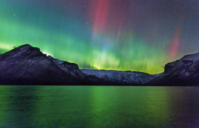 Северное сияние, Альберта, Канада Увидеть этот природный феномен можно не только в скандинавских странах. Но также, например, в России, на Аляске и в Канаде. В период с сентября по октябрь и с марта апрель небо северной Альберты переливается невероятными яркими красками.