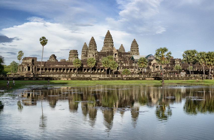 Ангкор-Ват, Камбоджа Гигантский индуистский храмовый комплекс долгое время оставался затерянным среди тропических лесов, пока в 1860 году о нем не поведал миру французский путешественник Анри Муо. Комплекс занимает площадь 200 га и представляет собой прямоугольную конструкцию размером 1500×1300 метров. Предположительно, храм был возведен в 7 веке. В 1992 году уникальный комплекс включили в список Всемирного наследия ЮНЕСКО.