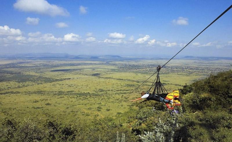 Сан-Сити, ЮАР По одному из самых быстрых и высоких зиплайнов в мире, Zip 2000, спускаются со скоростью до 136 км/час. Перепады высот между конечными точками достигают 274 метра, а протяженность трассы составляет 2000 метров.