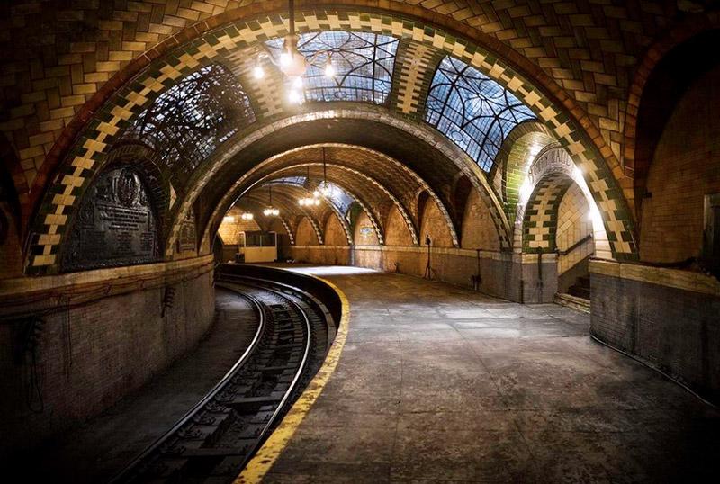Станция City Hall, Нью-Йорк Самая величественная станция нью-йоркского метрополитена City Hall в 1945 году была закрыта. Попасть в нее простому смертному задача достаточно сложная, но тем не менее выполнимая. Увидеть своими глазами витражи, столетнюю плитку и люстры можно, если посчастливится урвать место в специальном туре Музея транспорта Нью-Йорка.