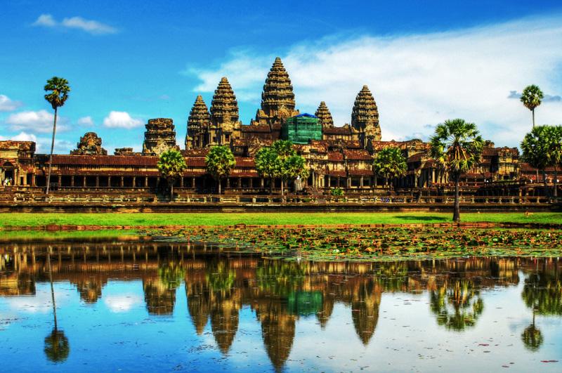 Исследовать гигантский индуистский храмовый комплекс в Камбодже Ангкор-Ват, история которого насчитывает почти 9 столетий.